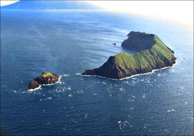 Ritter Island, 9/2010 © John B. Dikaung (via Panoramio, Peter John Tate)