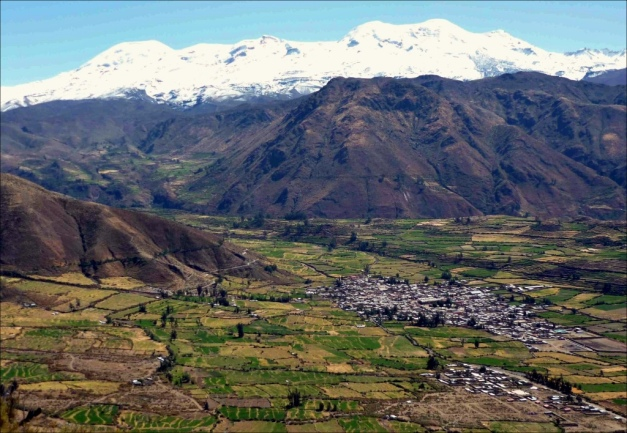 The village of Pampacolca, in a lovely valley south of Coropuna volcano, right were one of the main southern drainage paths comes down the slopes. Behind it rise the foothills and above them the majestic Coropuna massif with its glacier cover. (© maucallacta.com)